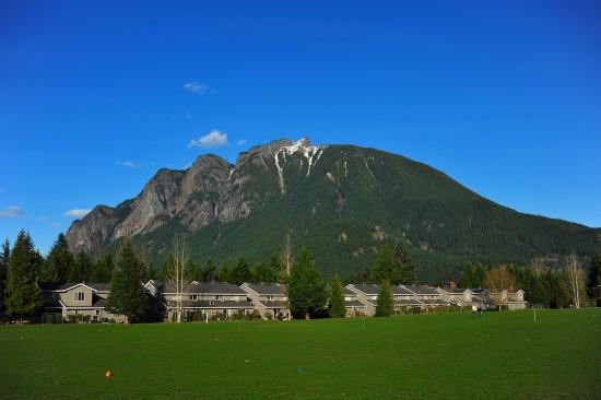 Big Si und der kleine, kaum erkennbare Berg davor ist Little Si. Siehe vorhergehende Bilder