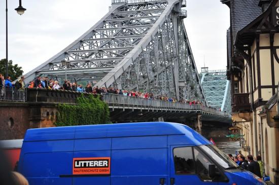 03. Juni, viele Schaulustige auf dem Blauen Wunder. Many specators on the Blaues Wunder bridge