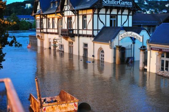 05. Juni, Der Schillergarten hat aufgegeben, kein Sandsack hat mehr geholfen. Schillergarten restaurant has given up, no sand-bag helped.