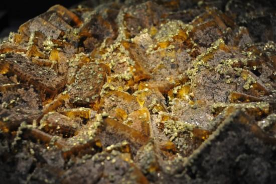 Chalkopyrit auf Flourit; Schacht 29b, Frohnau bei Annaberg-Buchholz, Erzgebirge, Sachsen; Mineralogische Sammlung TU BAF