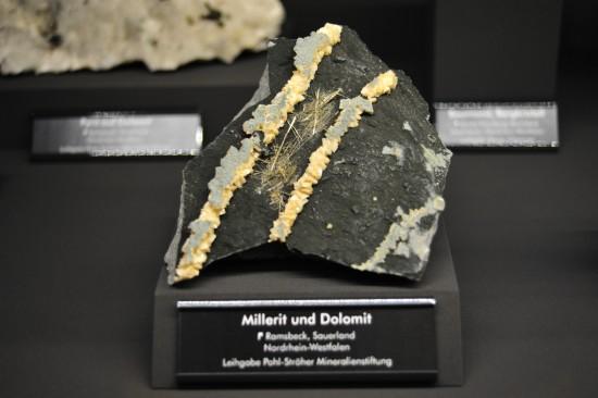 Millerit und Dolomit; Ramsbeck, Sauerland, Nordrhein-Westfalen; Leihgabe Pohl-Ströher Mineralienstiftung